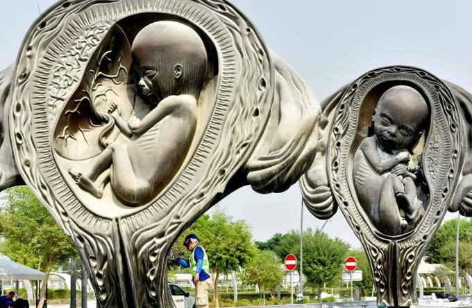 महिला अस्पताल में बनाई गईं गर्भावस्था दर्शाती 14 मूर्तियां, देश में हो रहा विरोध