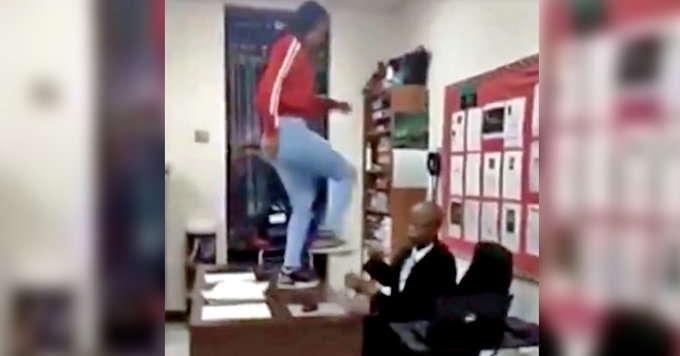 स्टूडेंट ने टेबल पर चढ़कर मारी टीचर को लातें और थप्पड़, हैरान करने वाली घटना का वीडियो वायरल